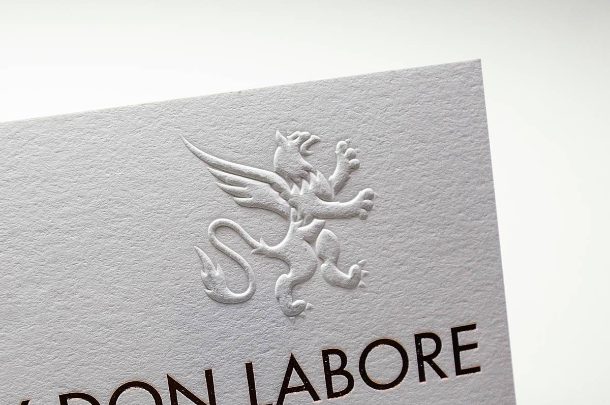 Blindprägung Visitenkarte Detail Wolf-Manufaktur