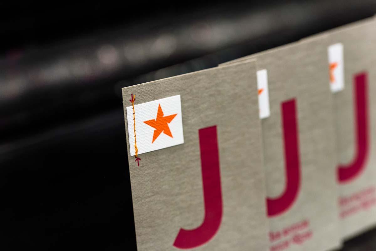 wm-beyond-letterpress-karte-j-jeanslabel-heissfolien-praegung-2